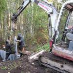 Įrengiamos pirmosios plastikinių spraustlenčių užtvankos / First plastic pilling dams installed in the ditches